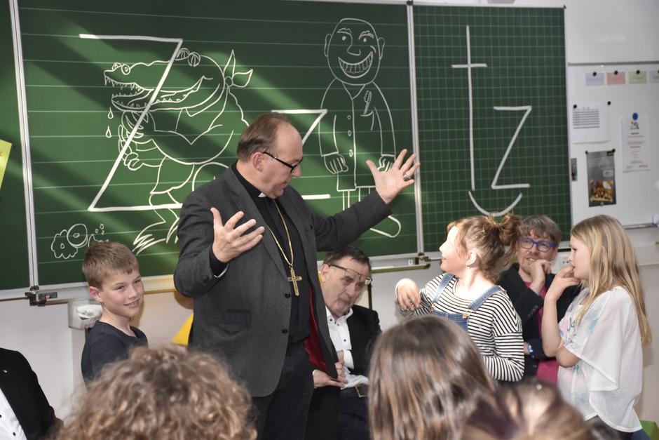 """""""Mein Herz geht über ..."""", """"... weil mein Gott mich liebt ..."""" – Bischof Hermann Glettler wusste nicht nur die Kinder mit diesem Lied zu begeistern."""