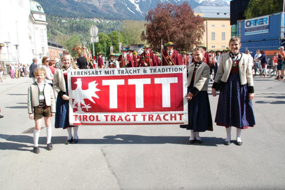 """Im Landestrachtenverband kümmern sich mehr als 10.000 Mitglieder in 100 Vereinen um die Wahrung und Förderung des  Brauchtums. Eine wichtige Veranstaltung ist """"Tirol trägt Tracht"""", ein buntes Fest, das jedes Jahr am 3. Sonntag im September gefeiert."""