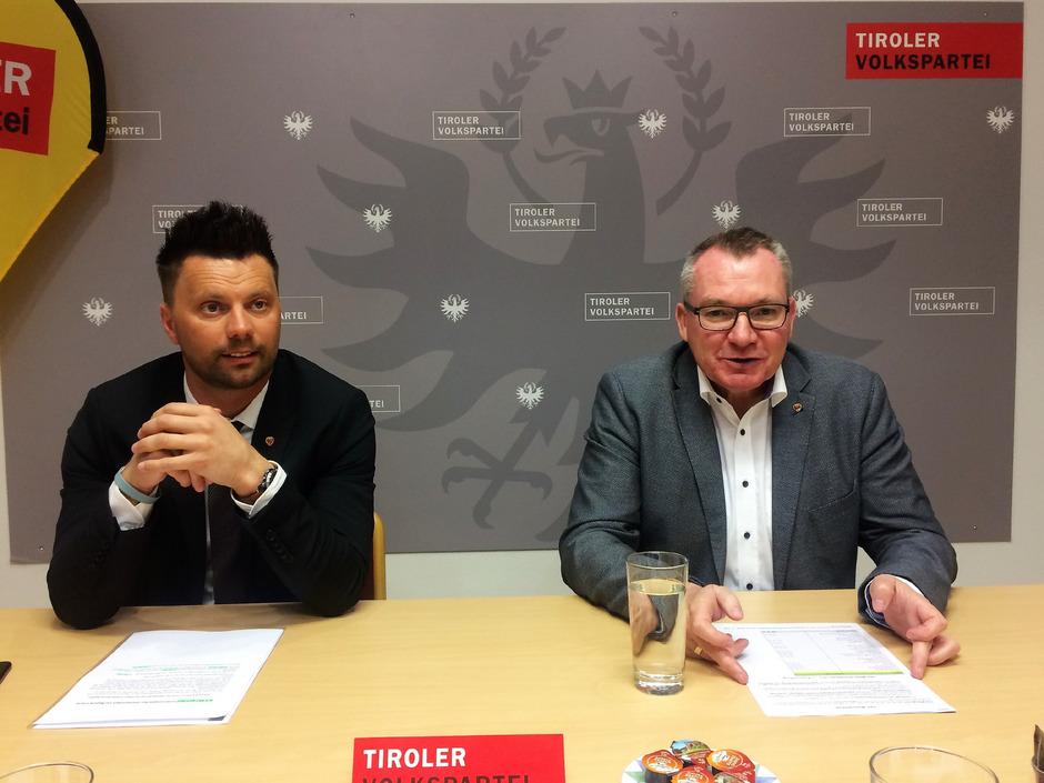 Landesrat Johannes Tratter (r.) präsentiert mit dem ÖVP-Bezirksparteiobmann Bernhard Webhofer die neuesten Zahlen.