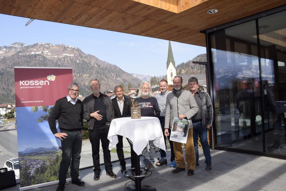 Martin Steiner, Hartmut Brinkmann, Leo de Romedis, Josef Huber, BM Reinhold Flörl, Emanuel Daxer und Erwin Schweinester (v.l.) freuen sich schon auf die 1. Kössener Kunst-, Kultur- und Umwelttage.