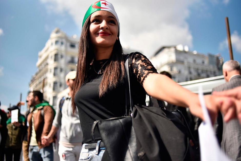 Eine Studentin bei Demonstrationen gegen die Regierung in Algiers.