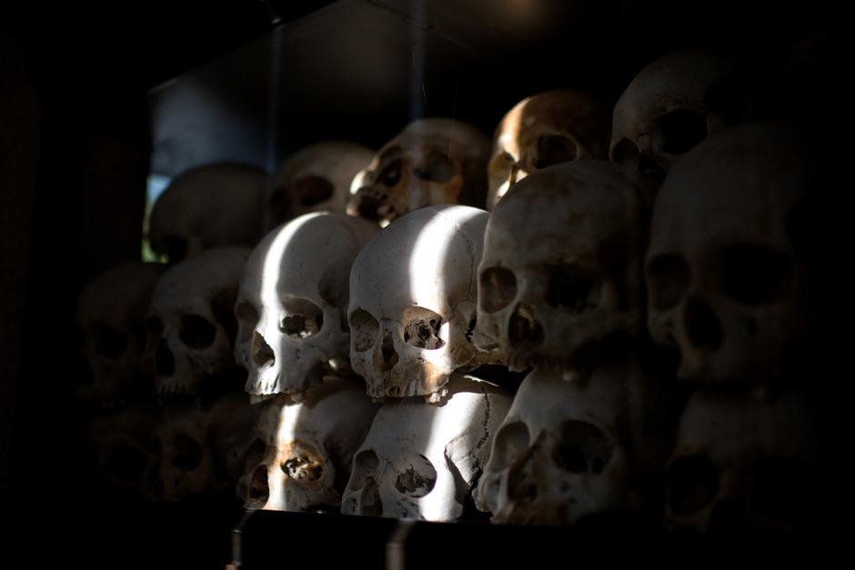 In der Gedenkstätte Choeung Ek bei Phnom Penh sind Tausende Totenschädel aufgebahrt – Überreste von Opfern der Roten Khmer.