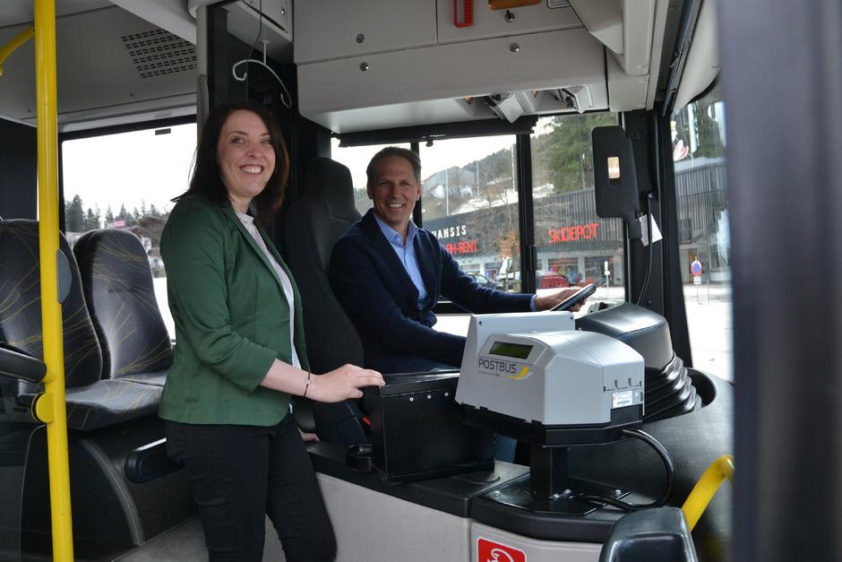 Nicol Saxer und Lukas Krösslhuber präsentierten das neue Mobilitätsangebot – zum Thema passend in einem (geparkten) VVT-Bus.