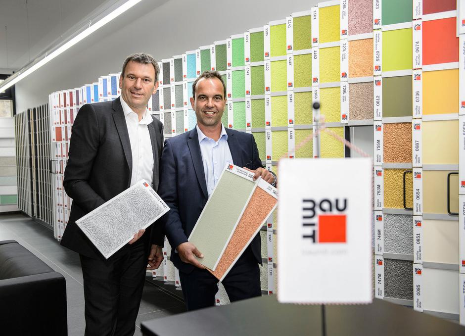 Baumit-Konzernchef Robert Schmid (r.) und Vertriebsleiter Wilhelm Struber bei der Eröffnung des Fassadenzentrums in Hall.