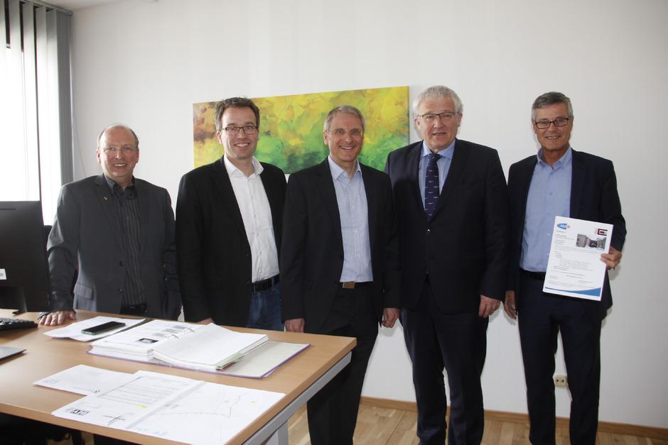 Freuen sich über die neuen Räumlichkeiten des AMS und des BEV: Ferdinand Brettbacher (BEV), Johannes Kopf, Manfred Dag (beide AMS), Wernher Hoffmann (BEV) und Anton Kern (AMS, v.l.).