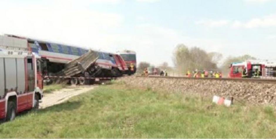 In Wien-Donaustadt ist am Donnerstagvormittag ein Lastwagen von einem Zug erfasst worden.