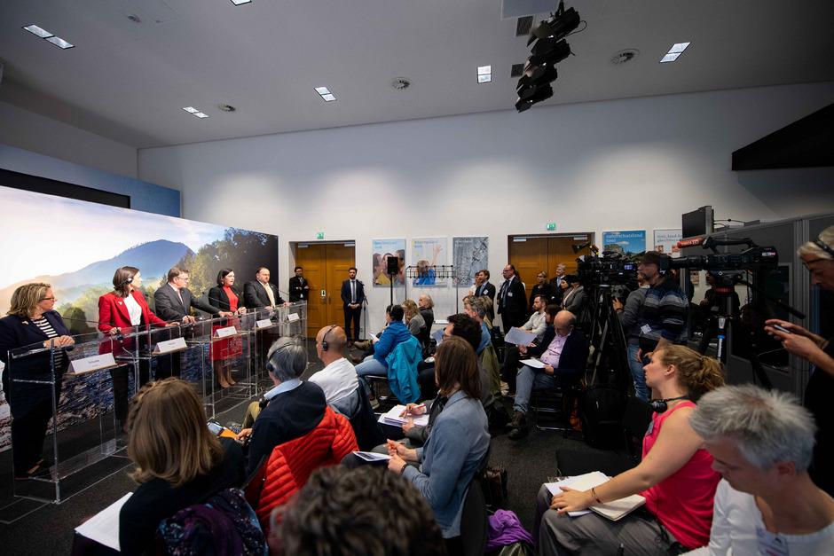 Mehr Klimaschutz für die Alpen: Svenja Schulze, Brune Poirson, LH Günther Platter, Umweltministerin Elisabeth Köstinger und Generalsekretär Markus Reiterer (v.l.) unterzeichneten gestern die Innsbrucker Deklaration.