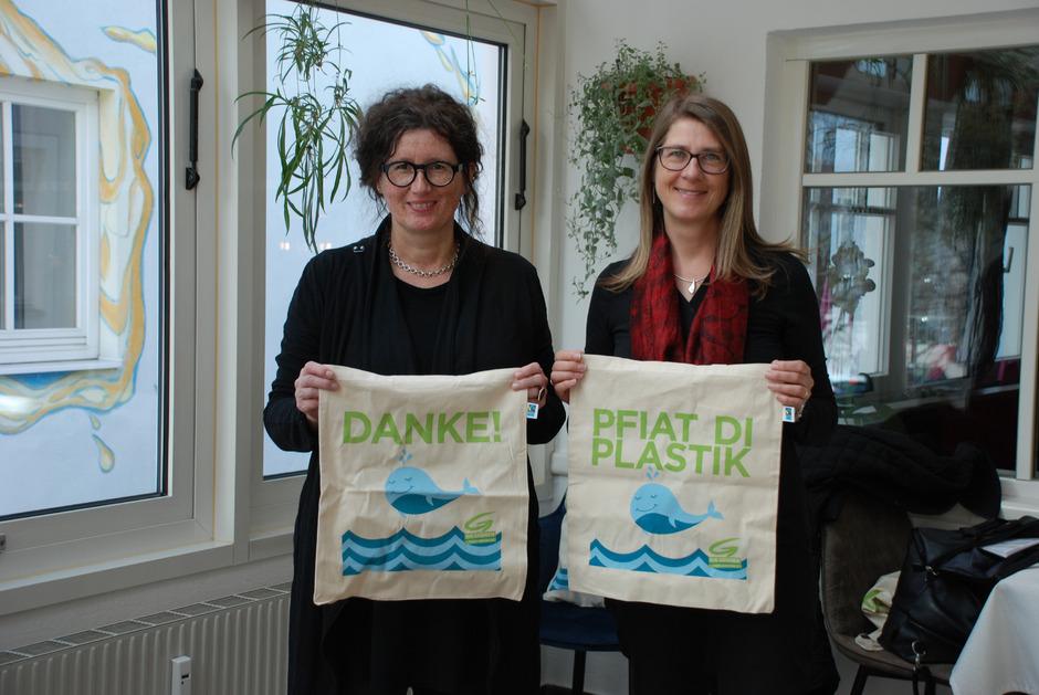 """""""Pfiat di Plastik"""" lautet das Motto bei Landessprecherin Barbara Schramm-Skoficz (l.) und Bezirkssprecherin Regina Karlen."""