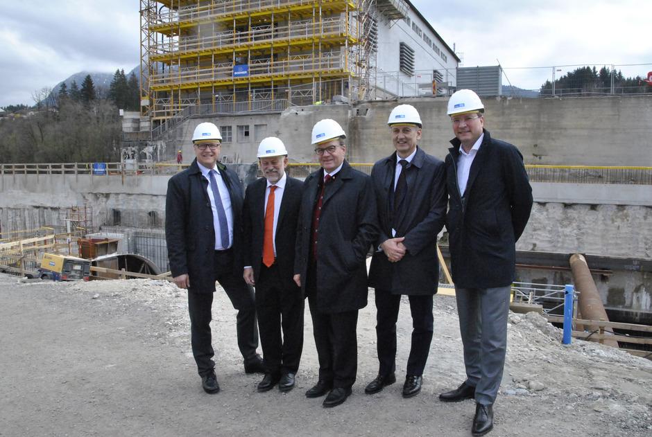Die Vorstandsdirektoren Thomas Gasser und Johann Herdina, LH Günther Platter, Vorstandsvorsitzender Erich Entstrasser und Thomas Bodner (v.l.) von der bauausführenden Firma Bodner auf der Baustelle.