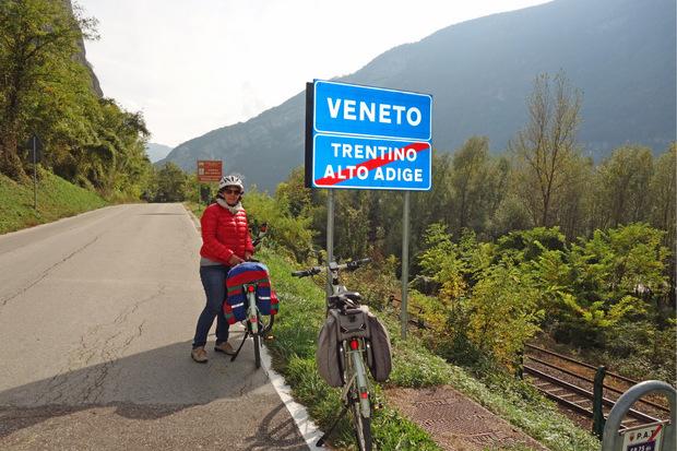 Bei Grigno rollt man nach Venetien – und ist noch 120 Kilometer vom Meer entfernt.