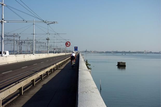 Jetzt sind es nur noch vier Kilometer über die Brücke von Mestre in die Lagunenstadt.