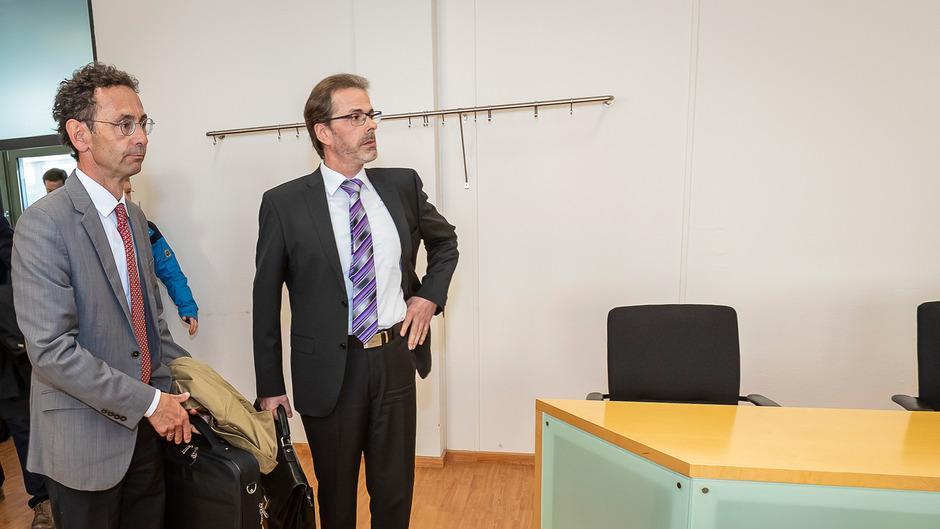 Der Kitzbüheler Bezirkshauptmann Michael Berger (links) mit seinem Anwalt.