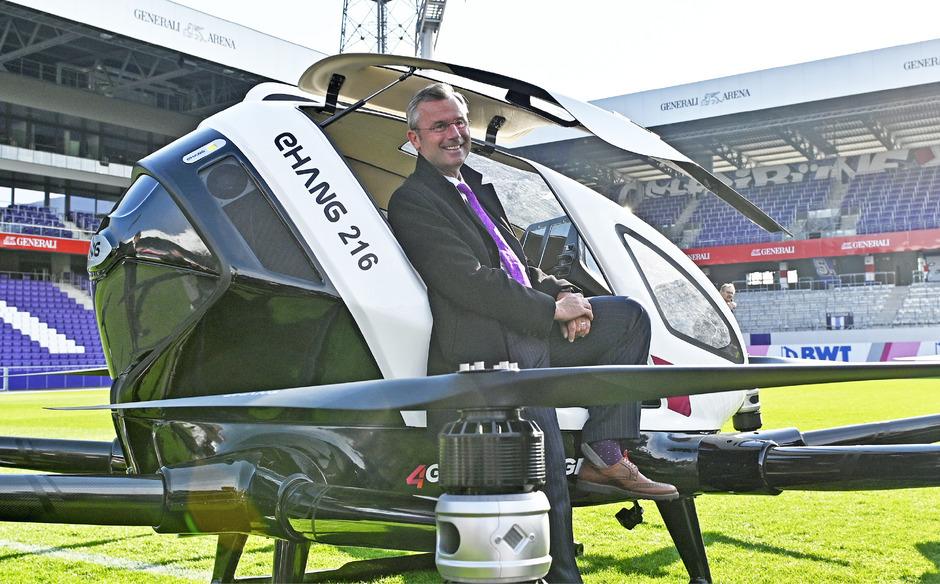 Verkehrsminister Norbert Hofer (FPÖ) mit dem  Flugtaxi EHANG 216.