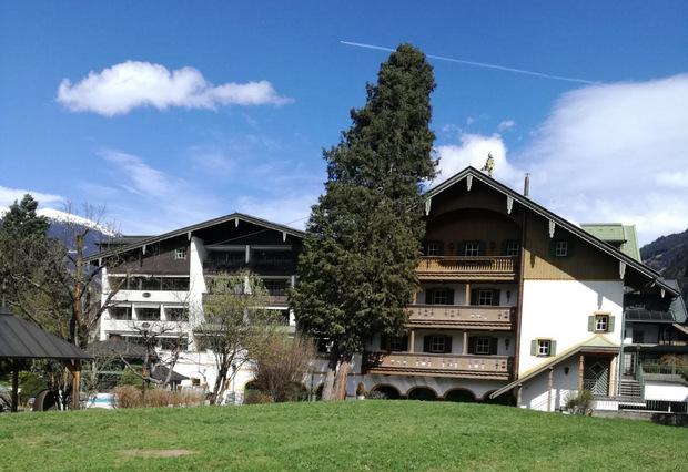 In Mayrhofen geriet ein meterhoher Baum in eine gefährliche Schräglage und drohte auf das Dach eines Hotels zu stürzen.