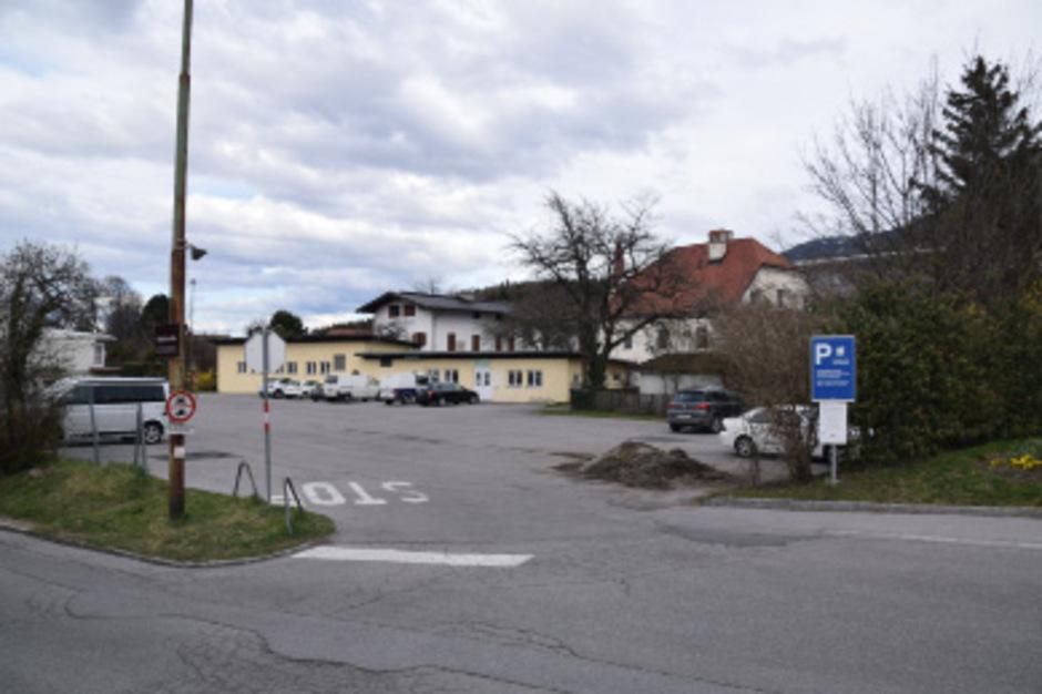 Auf diesem Parkplatz in Igls übergab die Geschädigte das Geld und die Goldmünzen an eine unbekannte Frau.