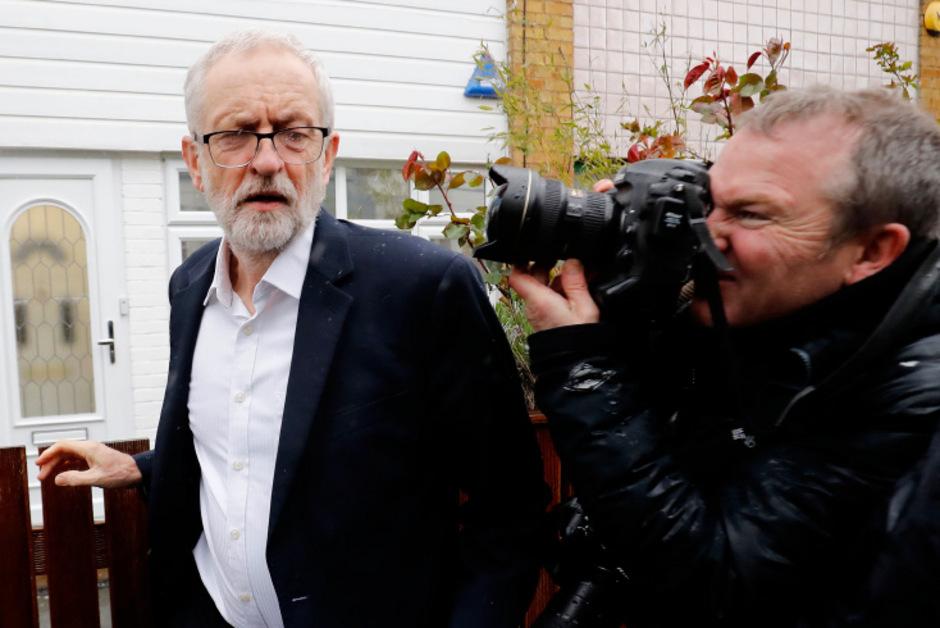 Labour-Parteichef Jeremy Corbyn und Premierministerin Theresa May wolle sich einigen, wie der Brexit aussehen soll.