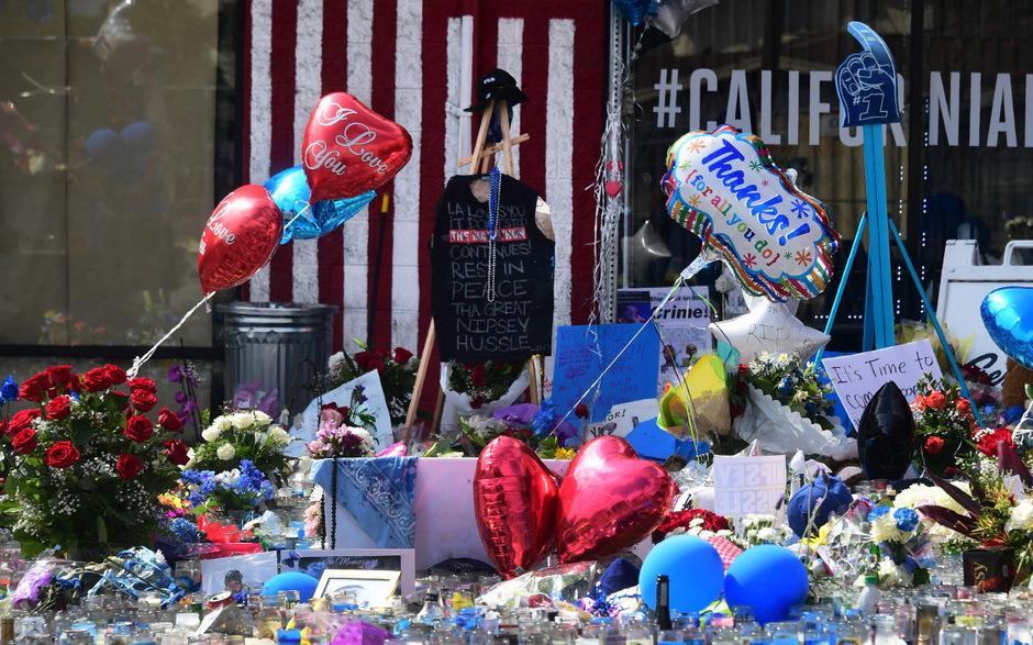 In Gedenken an den US-Rapper haben Fans Blumen und Andenken niedergelegt.