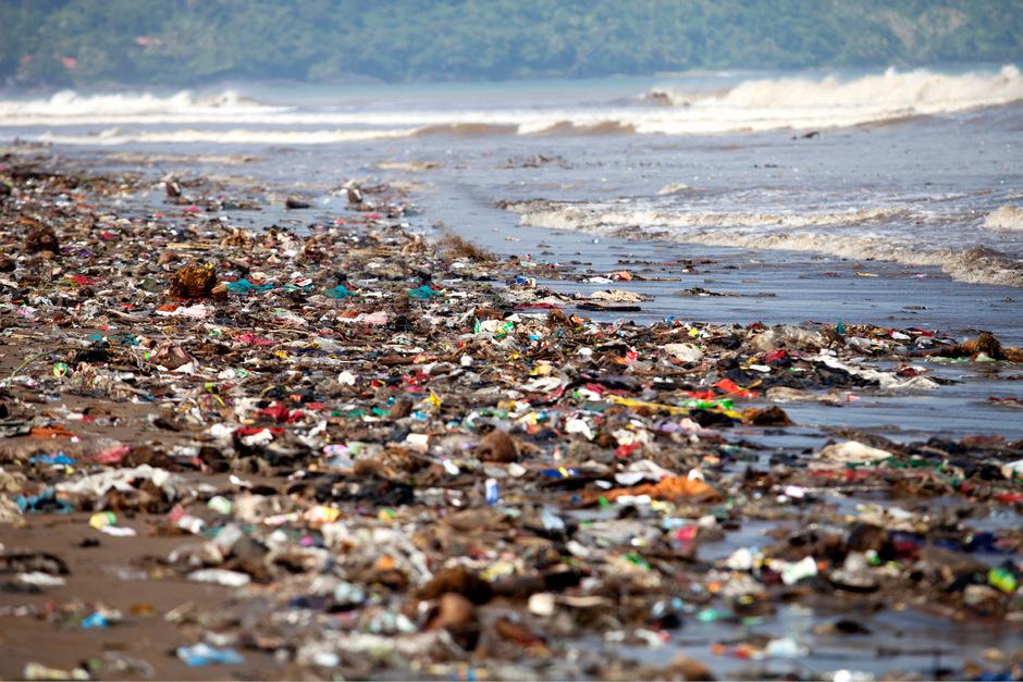Ein mit Plastikmüll verschmutzter Strand. (Symbolfoto)