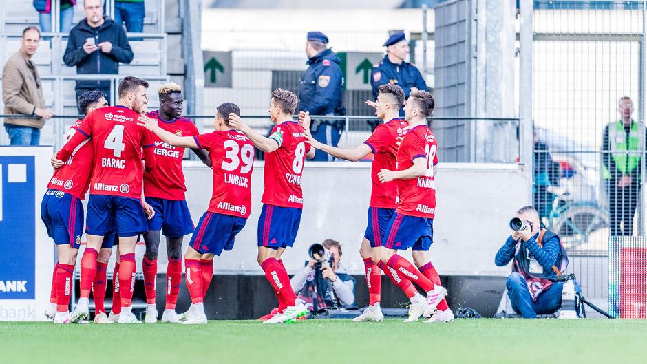 Torjubel bei Rapid Wien nach dem frühen Treffer zum 0:1 durch Christopher Dibon.
