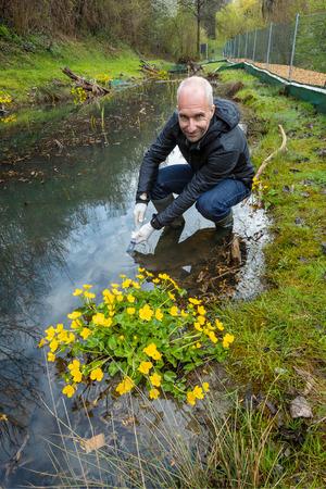 Michael Traugott nimmt Proben, um zu sehen, ob Amphibien vom Chytridpilz befallen sind.