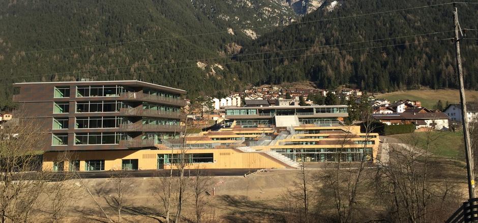 Das Internat der Ski-Mittelschule in Neustift (linkes Gebäude) ist bereits bezogen, die Schulen folgen erst im Herbst.