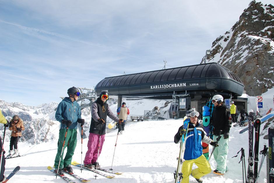 Kaunertal, Bergstation Karlesjochbahn, 3100 m: Skifahrer genießen die Aussicht in Richtung Langtauferertal. Doch die seit Jahren geplante Nord-Südtiroler Liftverbindung bleibt weiter ein frommer Wunsch.