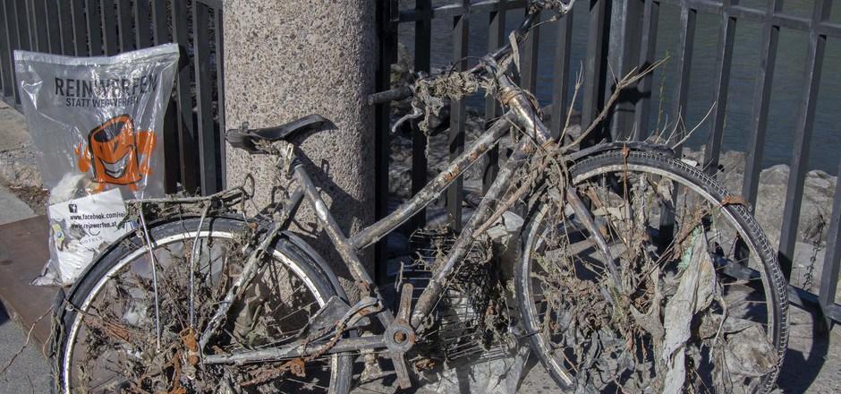 Insgesamt zehn Fahrräder wurden im Rahmen der Umweltaktion von den Freiwilligen aus dem Inn gefischt.