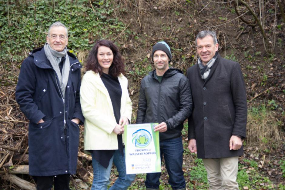 Rektor Tilmann Märk, Landeshauptmann-Stellvertreterin Ingrid Felipe, Michael Traugott und Bürgermeister Georg Willi zeigen am Amphibienteich am Lohbach die Probennahme.