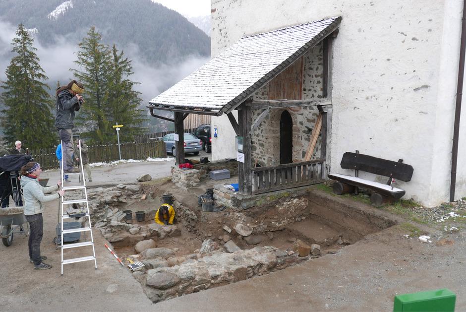 Vor dem Portal der Nikolauskirche haben die Archäologen die Grundmauern zweier Vorgängerbauten und die Fundamente eines Grabbaus aus römischer Zeit freigelegt.