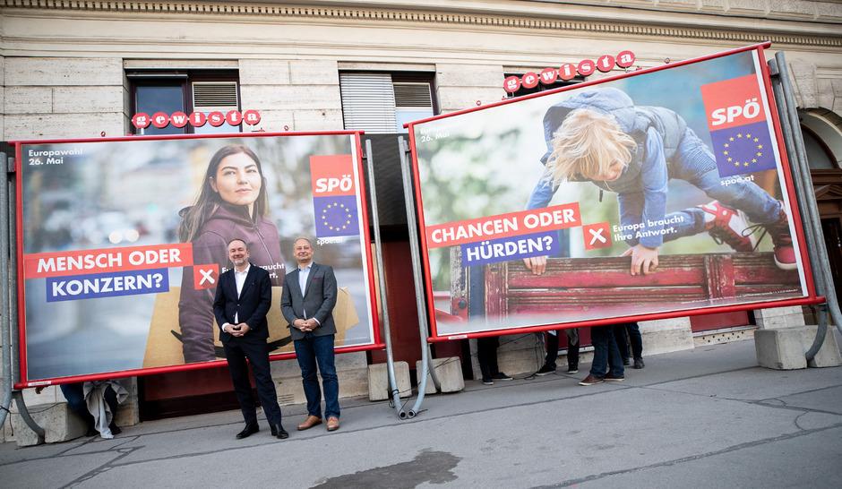 SPÖ-Bundesgeschäftsführer Thomas Drozda (l.) und Andreas Schieder, Spitzenkandidat für die EU-Wahl, bei der Enthüllung der ersten Plakatsujets vor der Parteizentrale in der Wiener Löwelstraße.