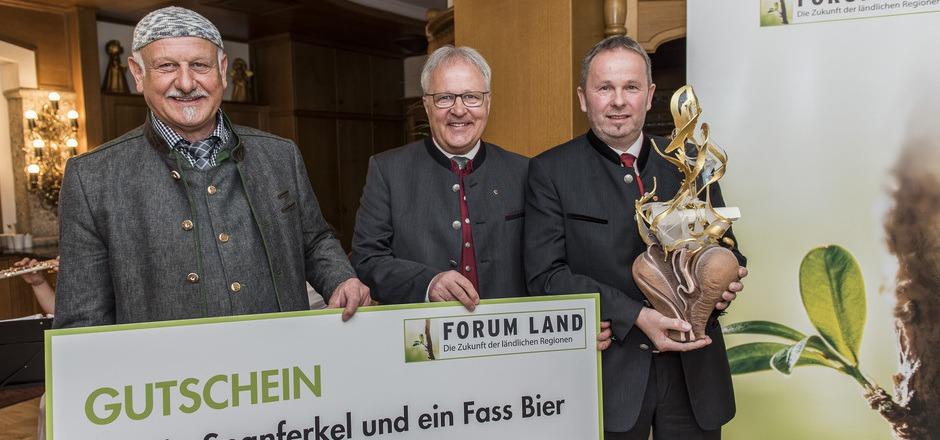 Gallzeins Bürgermeister Josef Brunner mit Preistrophäe, NR Hermann Gahr und Heinz Windisch (Firma Gallzeiner, v.r.).