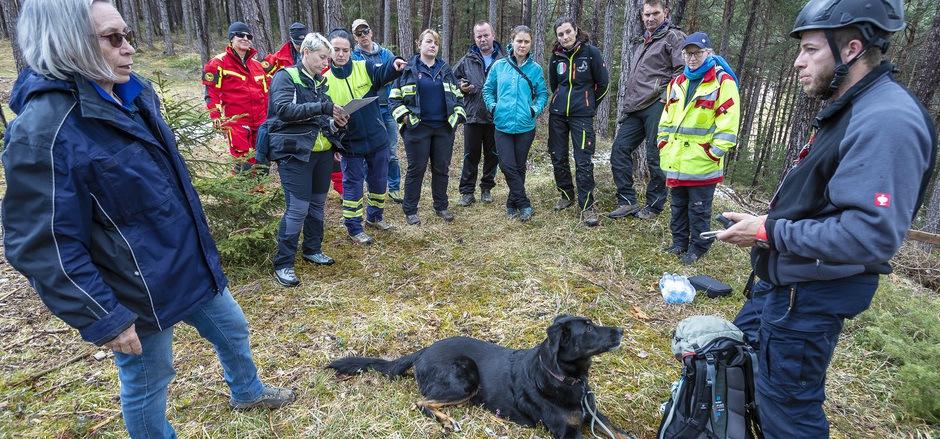 In einem Waldstück oberhalb von Telfs fand die erste Suchübung statt, rechts Florian Schneider mit seiner Hündin Nanda.