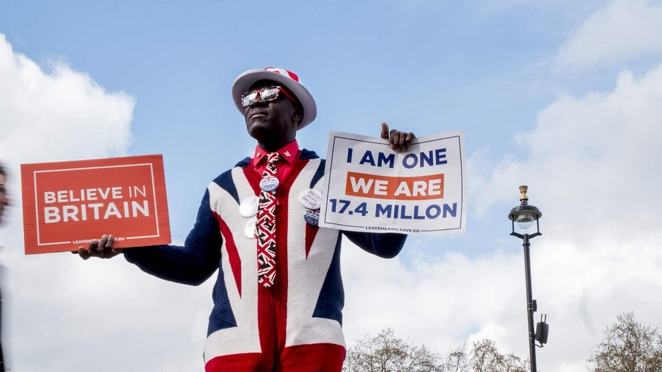 """Sollten die Gespräche mit der Opposition nicht zu einer Lösung führen, will die britische Premierministerin Theresa May eine weitere Runde von Abstimmungen im Parlament über """"klare Optionen"""" abhalten."""