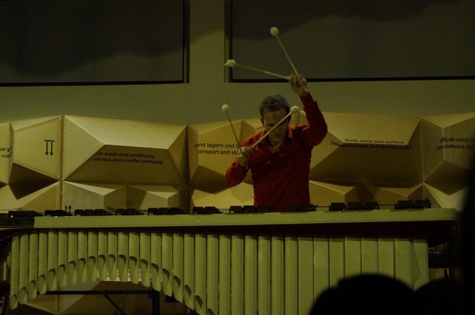 Man könnte meinen, er habe vier Arme: Der Schlagwerkmeister Christoph Sietzen spielt zu schnell für das freie Ohr.