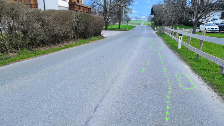 Bodenmarkierungen an der Unfallstelle in Hippach.