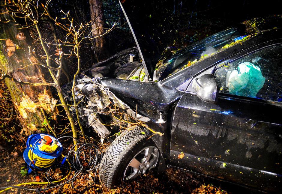 Ein mit vier Personen besetzter Pkw kam laut Feuerwehr von der Straße ab und fuhr in ein Waldstück. Dabei krachte er frontal gegen einen Baum.