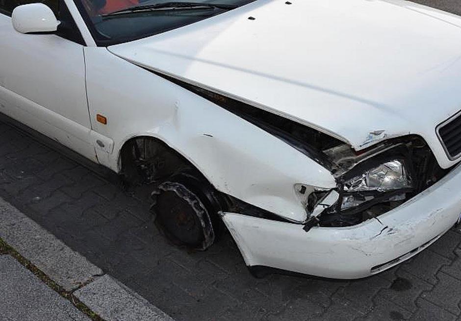 Der Mann war mit einem gestohlenem Pkw (Bild) unterwegs, er rammte bei einem Anhalteversuch einen Streifenwagen, wodurch drei Beamte verletzt wurden.