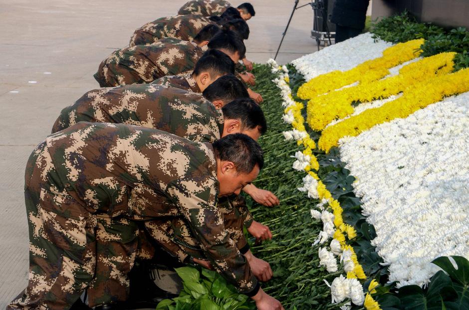 Im Bild eine Gedenkveranstaltung für die Toten.