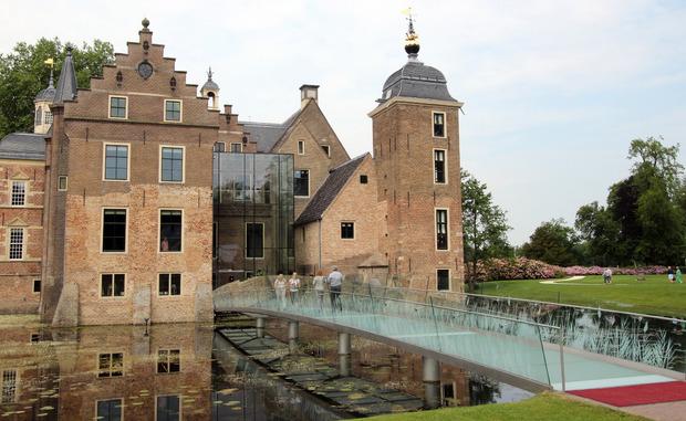 ber die Glasbrücke kommen Besucher ins Schloss Ruurlo und in ein Kunstmuseum.