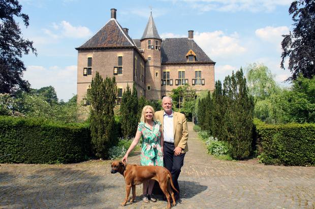 Karin de Rouw mit ihrem Mann und Hündin Pippa vor Schloss Vorden.