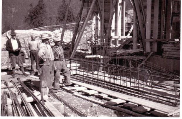 Arbeiter im Jahre 1958 auf der Baustelle.