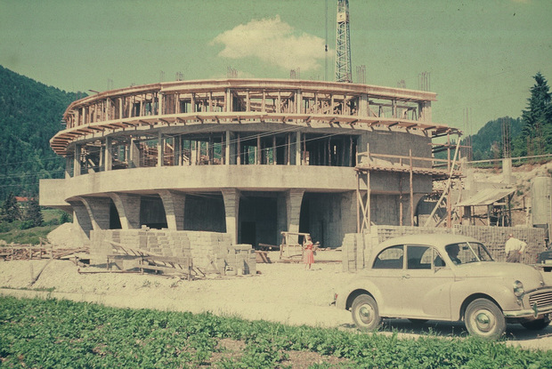 Der Bau musste auch unterbrochen werden, weil Geldflüsse des Bundes ins Stocken kamen.