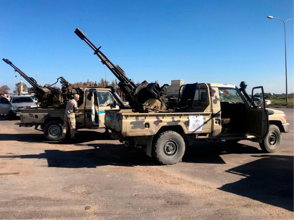 In Tajoura, einem Vorort rund 30 Kilometer östlich von Tripolis, wurden dutzende Militärfahrzeuge, darunter auch Flugabwehrgeschütze, zusammengezogen.