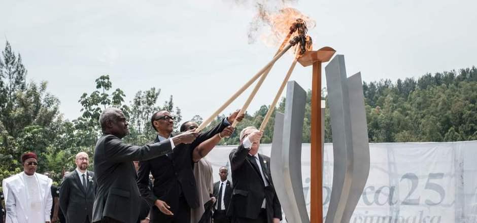 Zum Auftakt der Gedenkfeiern in der Hauptstadt Kigali entzündete Staatschef Paul Kagame eine Flamme am Völkermord-Denkmal von Gisozi.