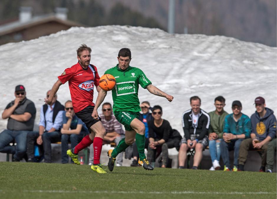 Berni Kuss (Söll, l.) und Miroslav Hrebik (St.Johann) matchten sich vor den imposanten Schneehaufen rund um das Koasastadion.