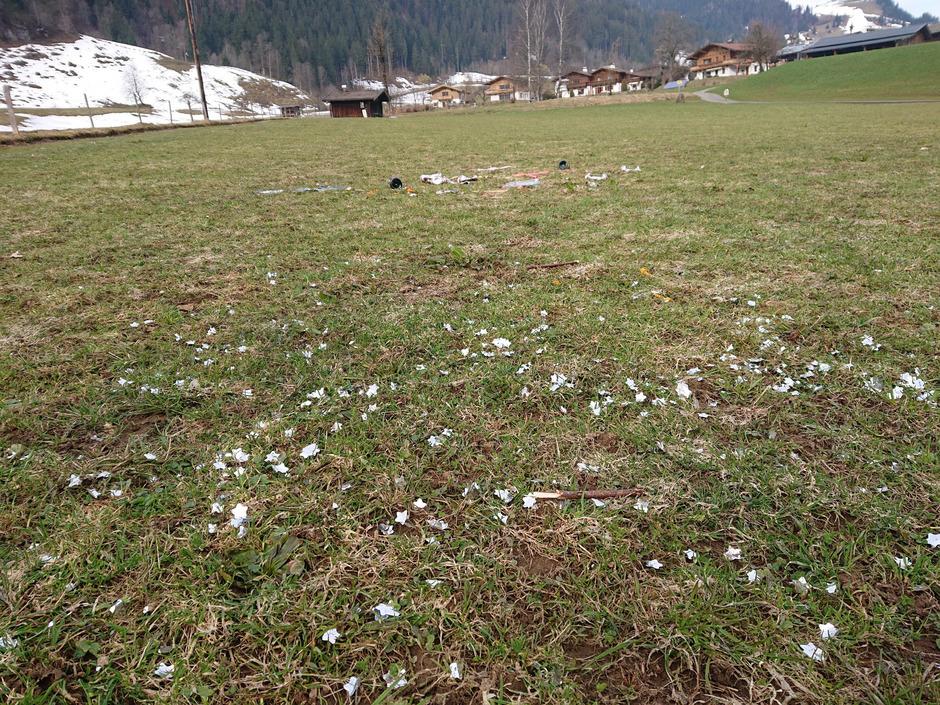 Das Plastik verteilt sich in der ganzen Wiese. Nicht nur beim Malernbauern in Kitzbühel hat die Schneeschmelze den Müll freigegeben.