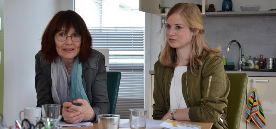"""Itta Tenschert (l.), Leiterin des Frauenberufszentrums Osttirol, stellt gemeinsam mit Katja Gander vom AMS Tirol das neue Angebot vor: den """"Frauenraum"""", der einen formlosen Zugang zum Arbeitsmarkt bietet."""
