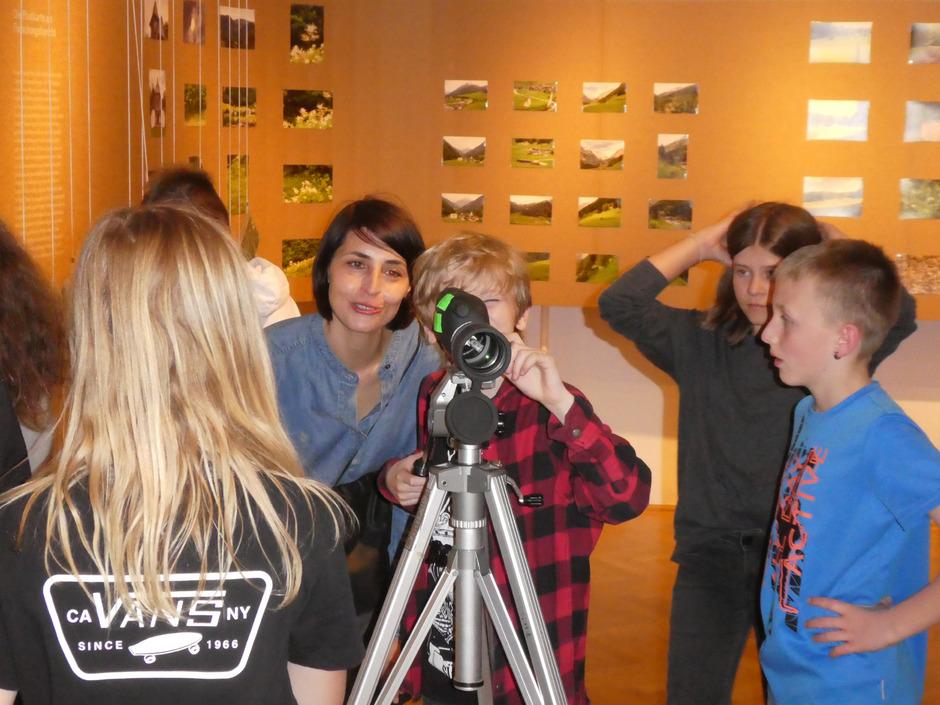 Die Schüler der 2a-Klasse der Neuen Mittelschule in Kals haben ihre Bilder in der Ausstellung im Volkskundemuseum Wien entdeckt.