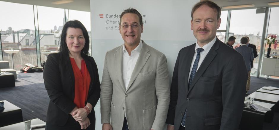 v.l.n.r.) Anna Kleissner (Sport Strategie Austria), HC Strache (Sportminister), Christian Helmenstein (GF SportEconAustria).