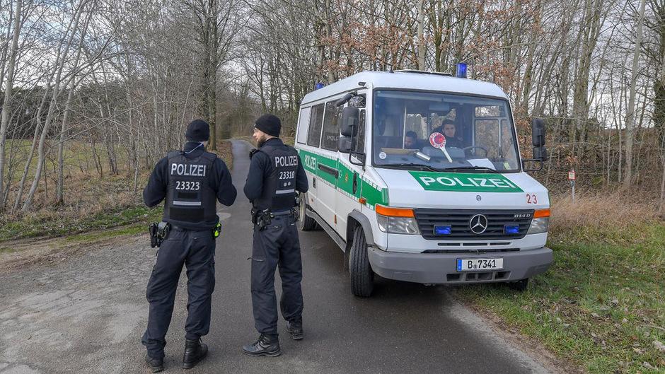 Die Polizei durchkämmt Wälder und Seen nach Rebecca.